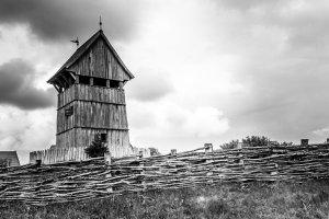 Die Außenbefestigungen vieler Dörfer und kleinerer Burgen waren lange Zeit sehr einfach.