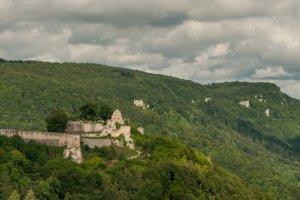Hoch über dem Tal thront die Ruine der Burg Hohnurach