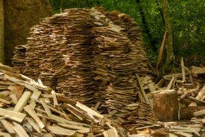 Guédelon: Holzschindeln zum Eindecken der Arbeiterhütten