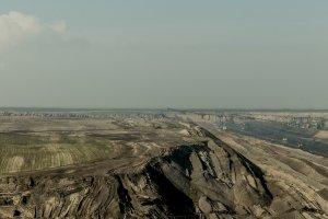 Braunkohletagebau in der Lausitz ‒ Im Hintergrund das Kohlekraftwerk Jänschwalde