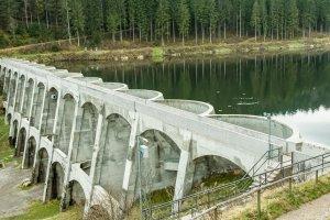 Talsperre und Wasserkraftwerk
