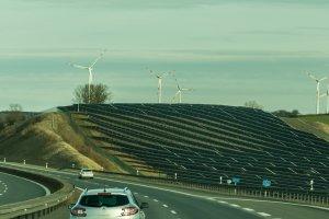 Solarparks werden oft entlang von Autobahnen errichtet.