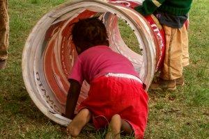 Die kleinen Kinder werde betreut, während ihre Mütter eine Ausbildung zur Schneiderin absolvieren.