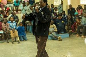 """Dr. Charles Mulli bei einer Veranstaltung mit seinen """"Schützlingen"""""""