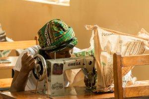 Bei der Ausbildung als Näherin arbeiten die Mädchen zuerst in Papier.