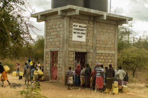 An dieser Wasserstation können die Menschen der Umgebung kostenlos sauberes Wasser holen.