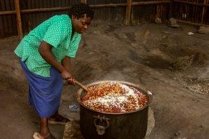 In riesigen Töpfen wird das Essen für die Kinder zubereitet.