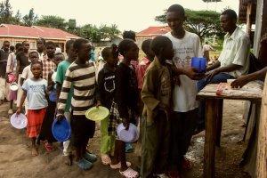Die ehemaligen Straßenkinder stehen bei der Essensausgabe in einer Schlange an.