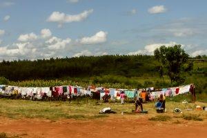 Wäsche trocknet an Wäscheleinen im Freien