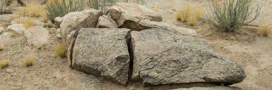 Zerborstener Stein