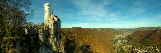 Schloss Lichtenstein mit Herbstwald
