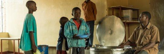 Kinder erhalten ein Mittagessen